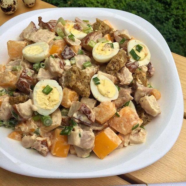 Салат с копчёной курицей и перепелиными яйцами