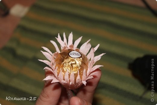 Хризантемы. Цветы из конфет и гофрированной бумаги.