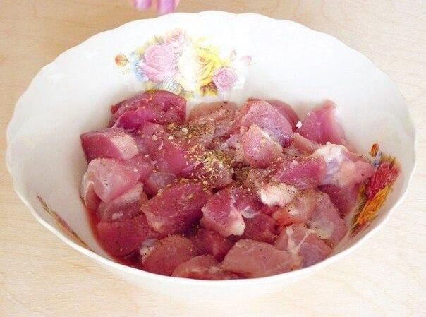 Жаркое из свинины в горшочках  Ингредиенты:  Свинина — 700 г Картофель...