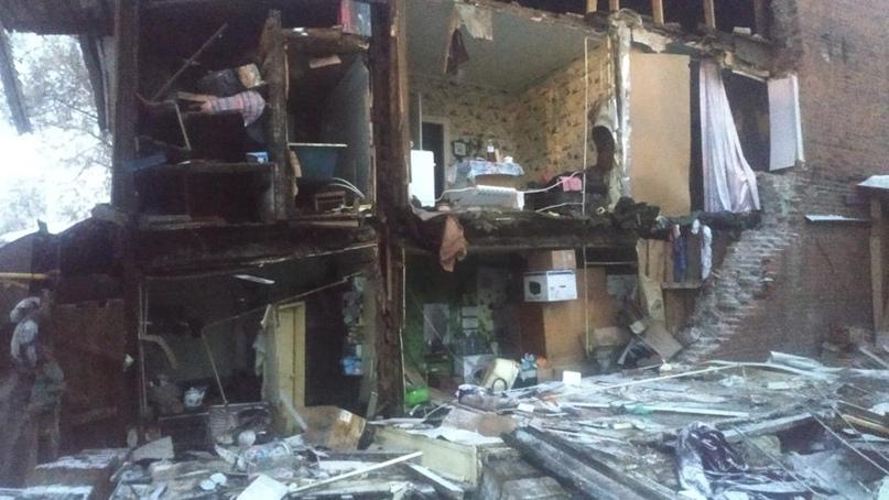 Стена дореволюционного жилого дома рухнула в Самаре. Жильцы обогреваются в автобусе