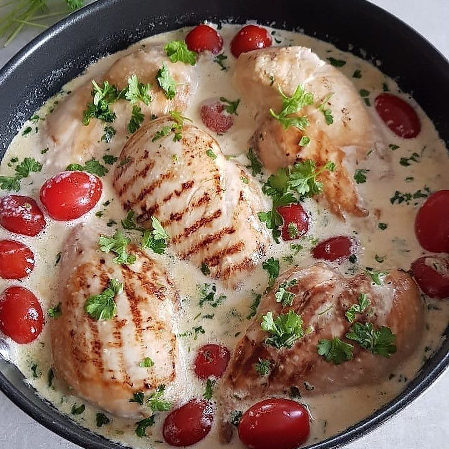 Куриная грудка в сливочном соусе с чесноком и петрушкой.