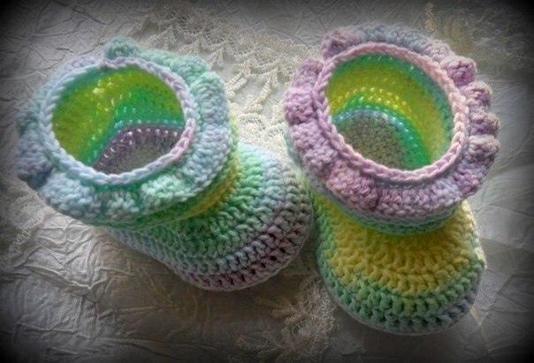 Пинетки-ботиночки с рюшами. Описание  Описание автора: Для вязания нежных пинеток...