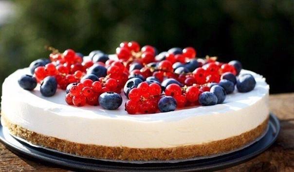 Легкий летний чизкейк с ягодами  Ингредиенты:  Печенье — 300 г Сливочное...