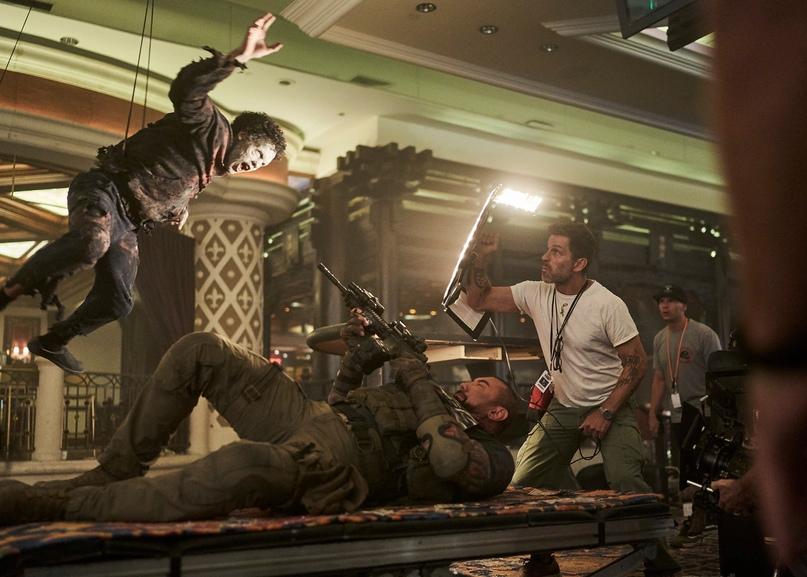 Дэйв Батиста отстреливается от зомби на свежем закадровом снимке «Армии мертвецов» Зака Снайдера