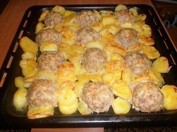 Мясные ежики с картошкой под сыром  Ингредиенты:  - картофель...