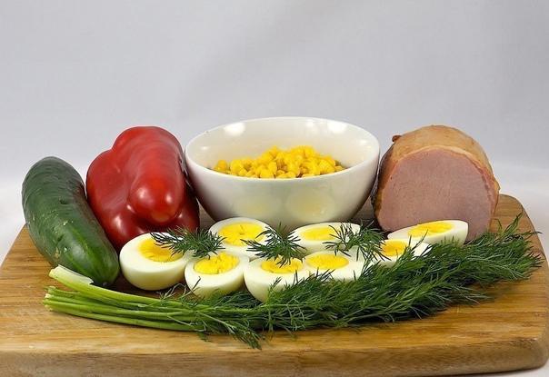 Салат с яйцом и ветчиной.