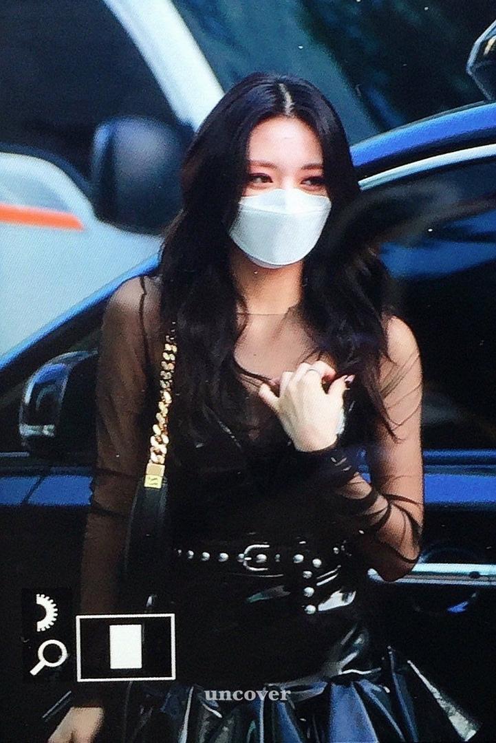 Наряд Юны из ITZY на Music Bank, который получил много негативных отзывов
