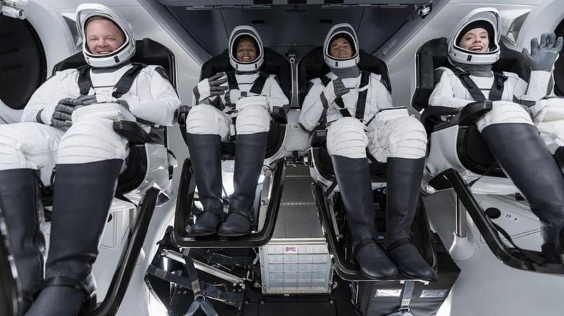 SpaceX впервые запустила ракету-носитель Falcon 9 с кораблём Crew Dragon с полно...