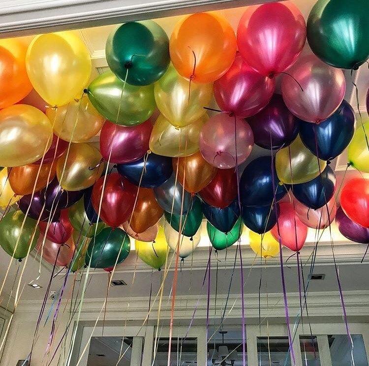 Учитель принес в школу воздушные шары и попросил детей взять их и написать на них свои имена.