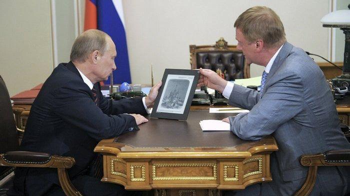 Чубайс показывает Путину новый российский планшет для школьников. Москва, Кремль, 2011 год.