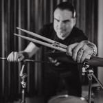 Обучение игре на барабанах.