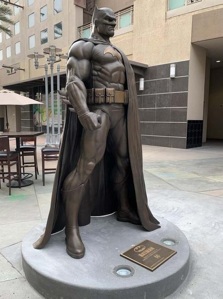 В Бербанке поставили крутую новую бронзовую Бэтмена  ...