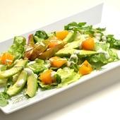 Салат из авокадо с тыквой и соусом «Блю-Чиз»