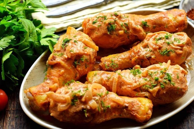Тушим куриные голени в луково-сметанном соусе. Для более выраженного вкуса и цве...