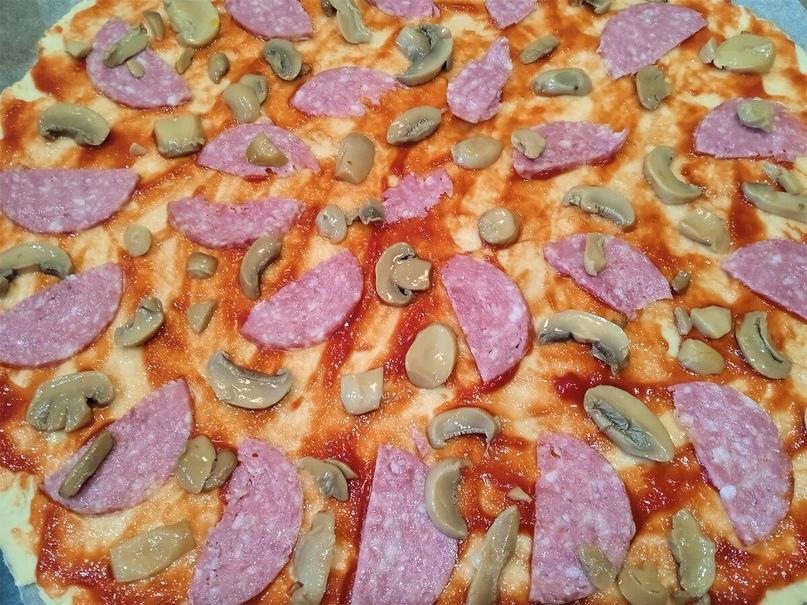 Делаем пиццу.  Все любят пиццу, а особенно дети. Вот и мой сын попросил сделать пиццу. Отказать не смогла, сделала.  Нам потребуется:  Для теста:  150 гр муки  дрожжи сухие 3 гр  по щепотке соли и сахара  1 ст ложка растительного масла  80...