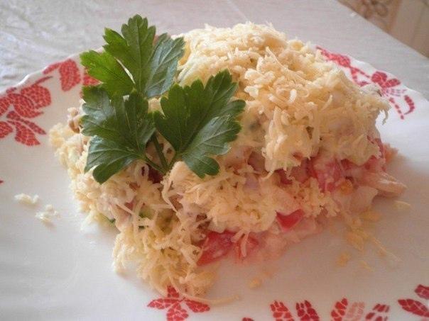 Салат с курицей, овощами и сухариками
