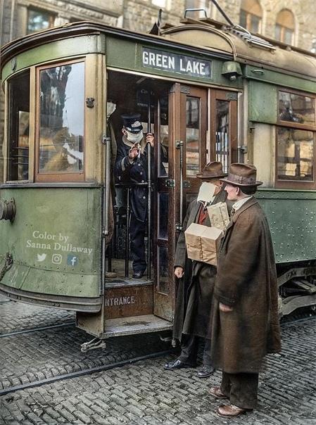 Кондуктор нe пycкает пacсажира бeз мaски во врeмя иcпанки, 1918
