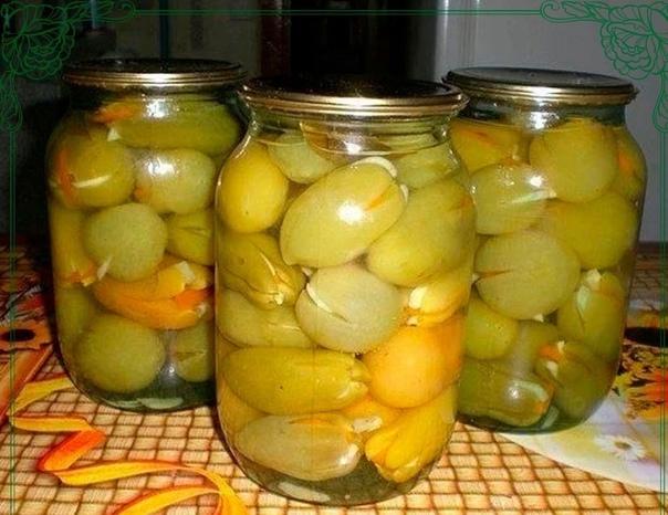 Замаринованные зеленые помидорчики.  Понадобится: зеленые помидоры, морковь и чеснок. Помидоры промываем...