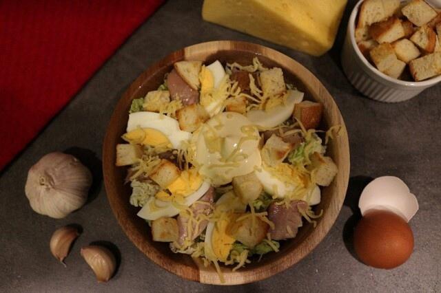 Салат с индейкой и сухариками