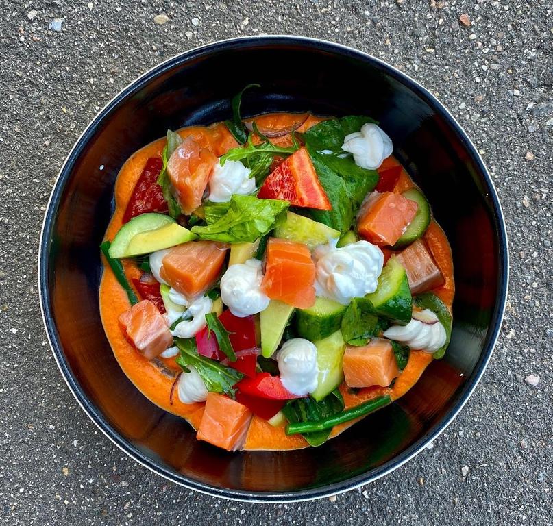 Салат с лососем, соусом ромеско и фетой.