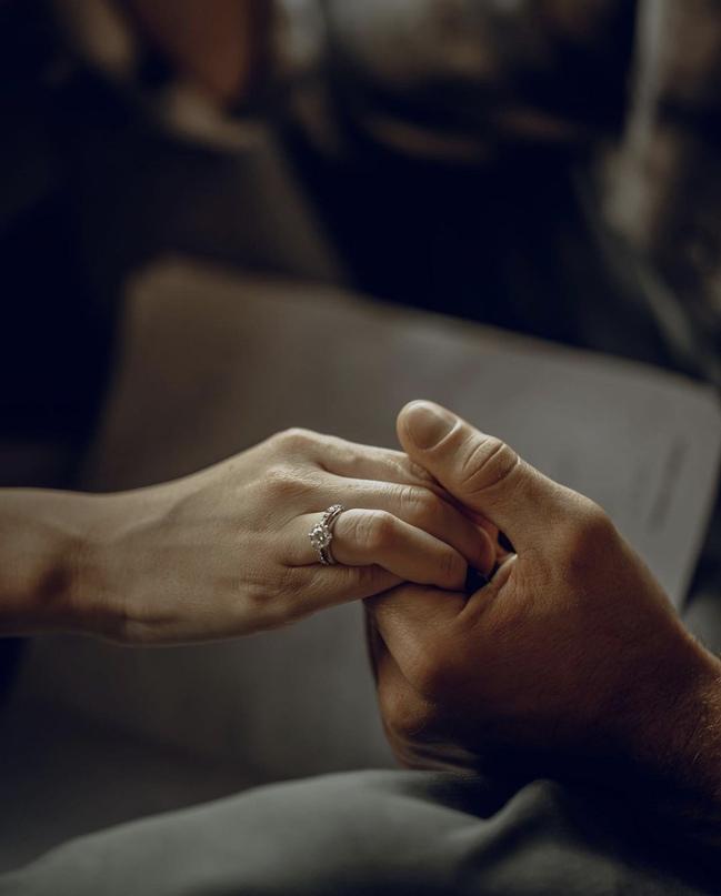 Никoгда не поздно держаться за руки. Говорить «Я люблю тебя» хотя бы раз в день....