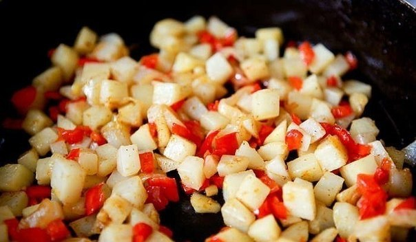 Фриттата по-испански  Ингредиенты:  Картофель - 3шт. Репчатый лук - 1шт. Болгарский перец...