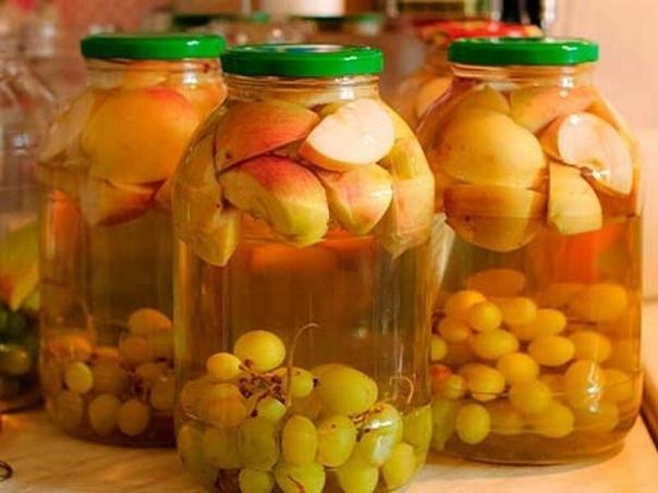 Готовим компот из персиков и винограда.  350 г персиков,...