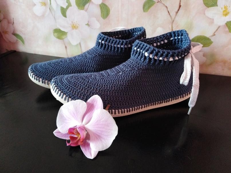 Сапожки крючком – удобная обувь как для дома, так и для улицы. Их цвет и стиль в...